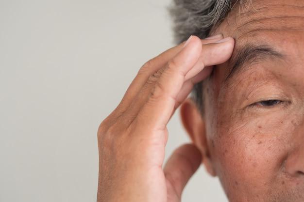 Senior oude man lijdt aan dementie of geheugenverlies