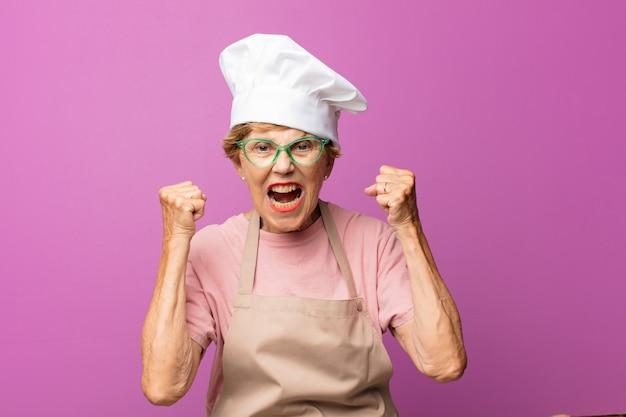 Senior oude mooie bakkersvrouw