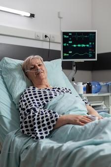Senior oudere persoon met longfalen ademen door zuurstofmasker