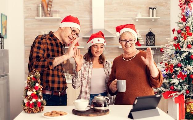Senior ouders en kind vieren kerst en praten met familie