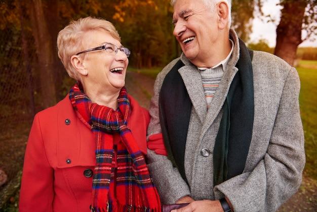 Senior paar buitenshuis met veel plezier