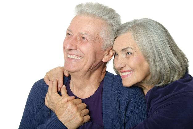 Senior paar geïsoleerd op een witte achtergrond kijken naar iets