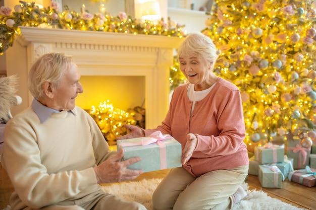 Senior paar geschenken uitwisselen