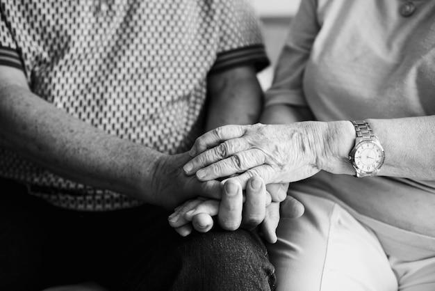 Senior paar hand in hand samen