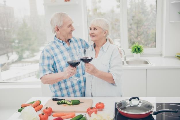 Senior paar houden wijnglas
