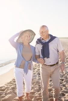 Senior paar in het strand, pensioen en zomervakantie concept