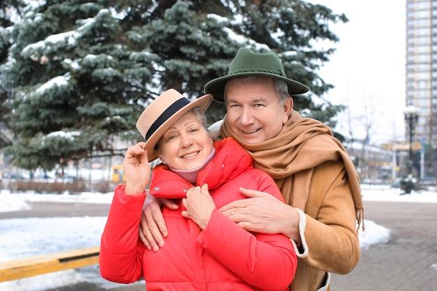 Senior paar in warme kleren buitenshuis. winter vakantie