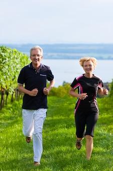 Senior paar joggen voor sport