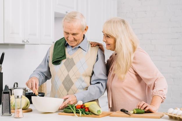Senior paar koken in de keuken