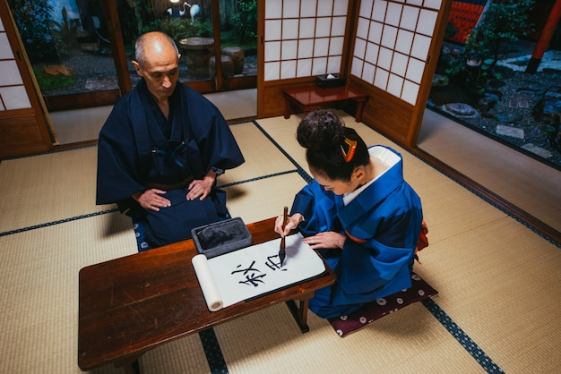 Senior paar levensstijl momenten in een traditioneel japans huis