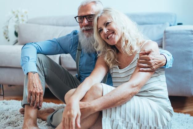 Senior paar levensstijl momenten thuis