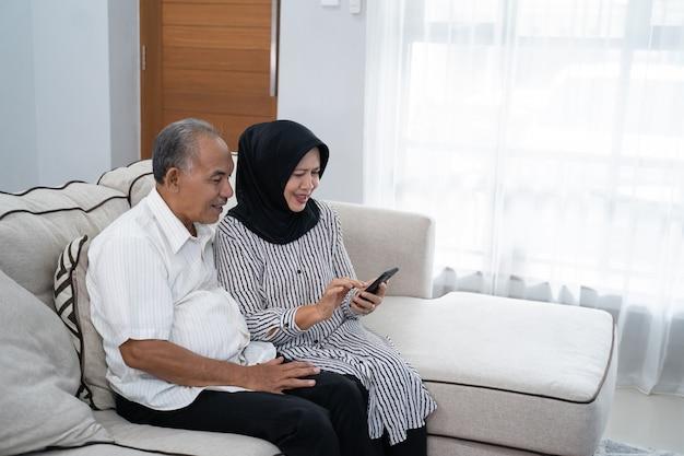 Senior paar met behulp van mobiele telefoon