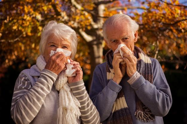 Senior paar met behulp van weefsels