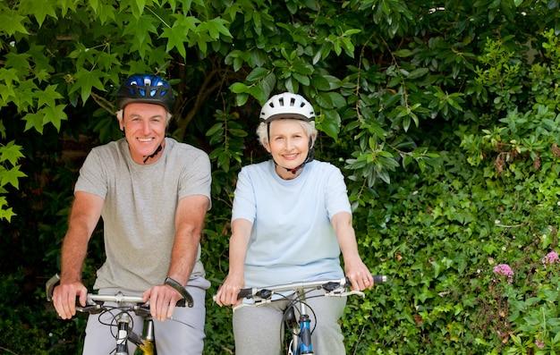 Senior paar mountainbiken buiten