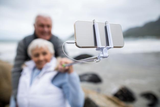 Senior paar nemen een selfie van selfie stick