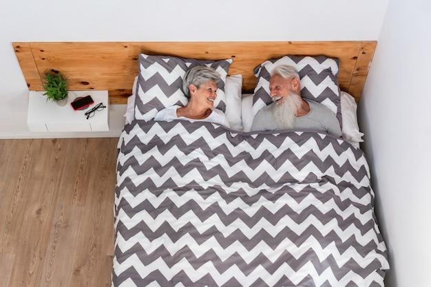 Senior paar onder de deken thuis