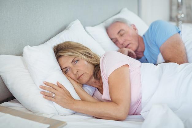 Senior paar ontspannen op bed