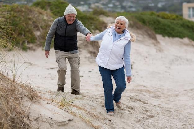 Senior paar plezier samen op strand