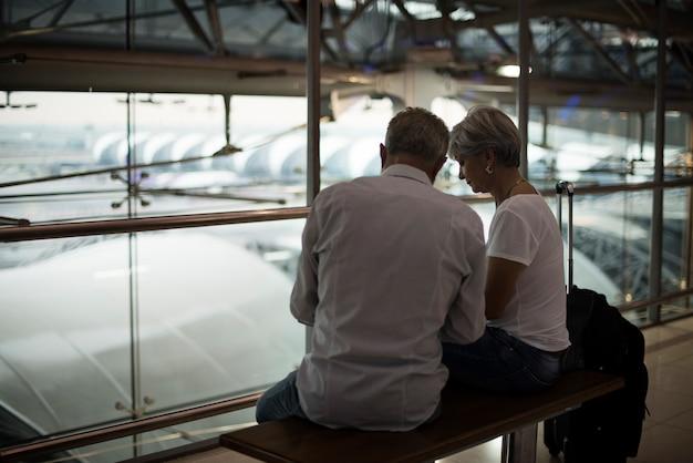 Senior paar reizen luchthaven scène