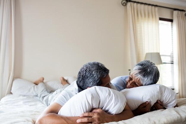 Senior paar rusten op bed