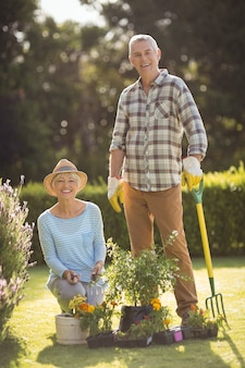 Senior paar samen tuinieren