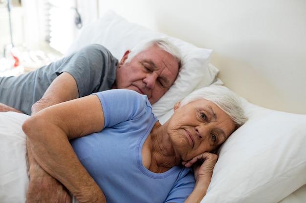 Senior paar slapen in de slaapkamer thuis