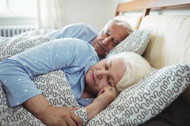 Senior paar slapen op bed