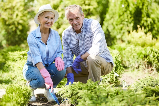 Senior paar tuinieren samen