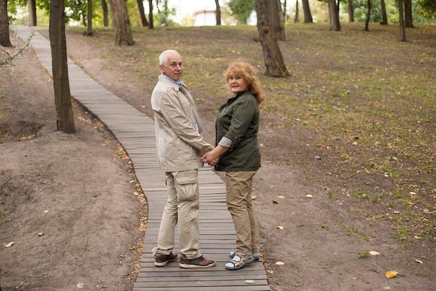 Senior paar verliefd op een wandeling in de herfst natuur, senior paar ontspannen in het voorjaar.