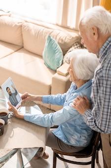 Senior paar videochat gebruiken om te praten met familie
