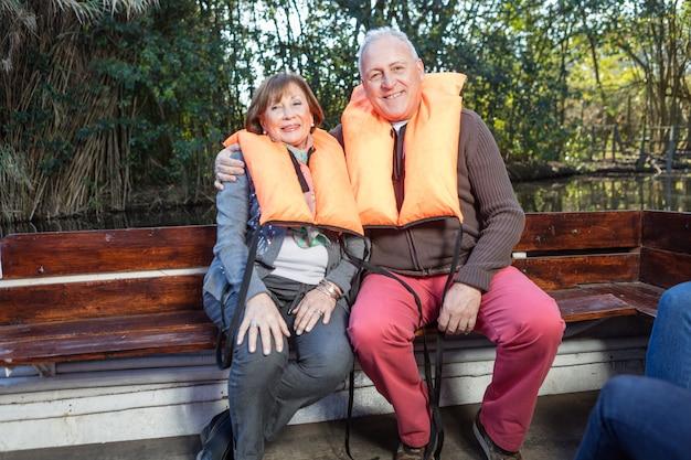 Senior paar zittend op een houten bank