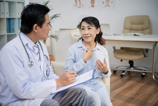 Senior patiënt bezoekende arts