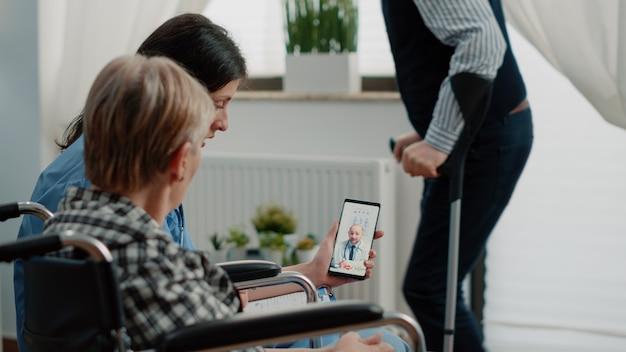 Senior patiënt in gesprek met arts tijdens videogesprek