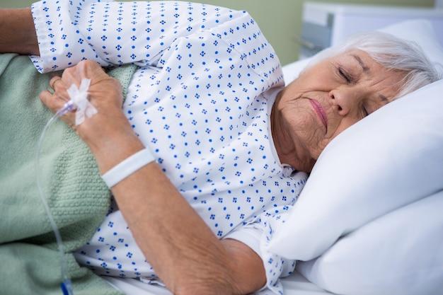 Senior patiënt liggend op bed
