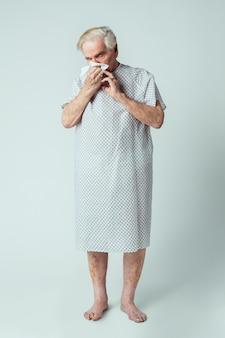 Senior patiënt met symptomen van coronavirus
