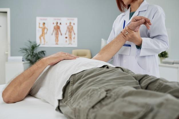 Senior patiënt onderzoeken
