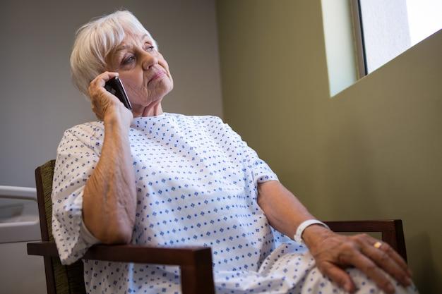 Senior patiënt praten op mobiele telefoon