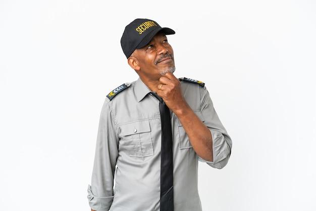 Senior personeel man geïsoleerd op een witte achtergrond en opzoeken