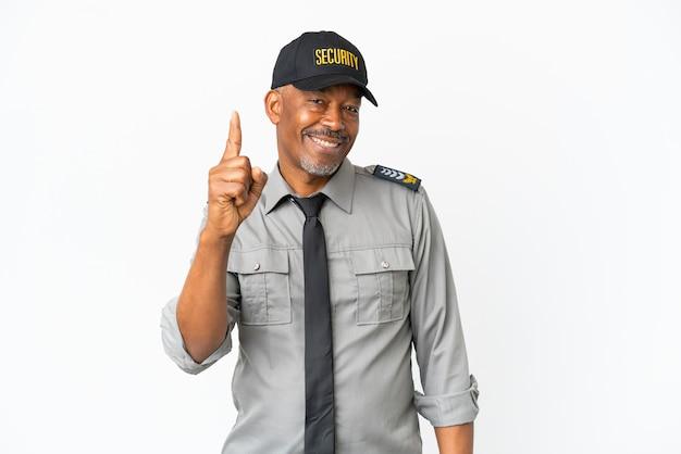 Senior personeelsman geïsoleerd op een witte muur die een vinger toont en opheft in teken van de beste
