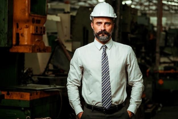 Senior projectmanager werkzaam in industriële fabriek