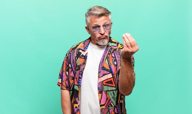 Senior reizigerstoerist die capice of geldgebaar maakt en u zegt uw schulden te betalen!