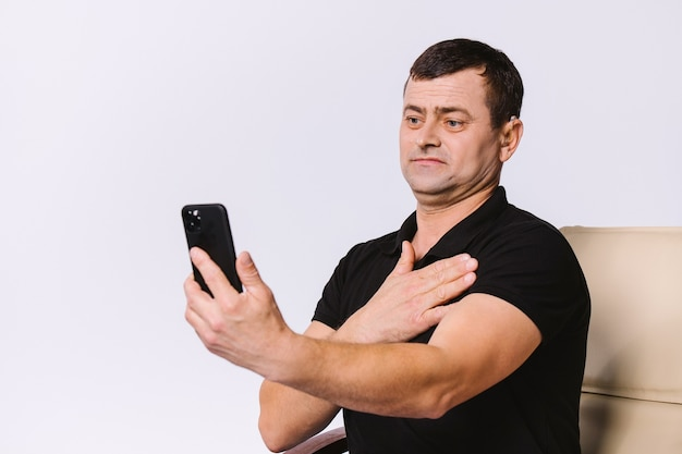 Senior slechthorende man communiceert via video-oproep met non-verbale gebaren. witte achtergrond.
