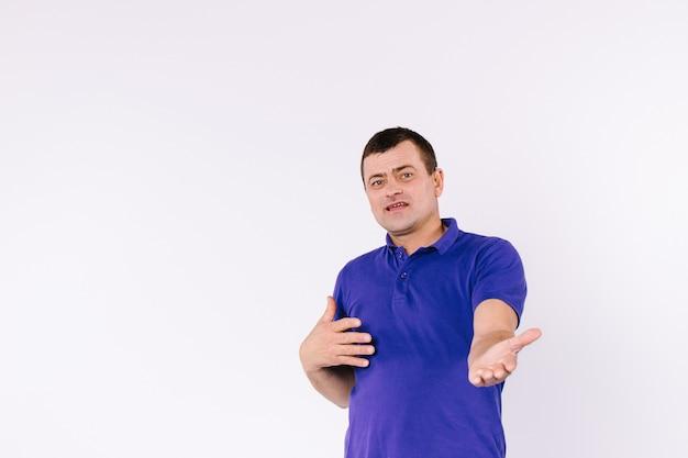 Senior slechthorende man gebaren door zijn lege handpalm naar de camera te houden. wit