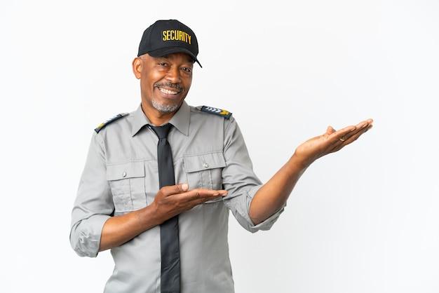 Senior staf man geïsoleerd op een witte achtergrond die zijn handen naar de zijkant uitstrekt om uit te nodigen om te komen