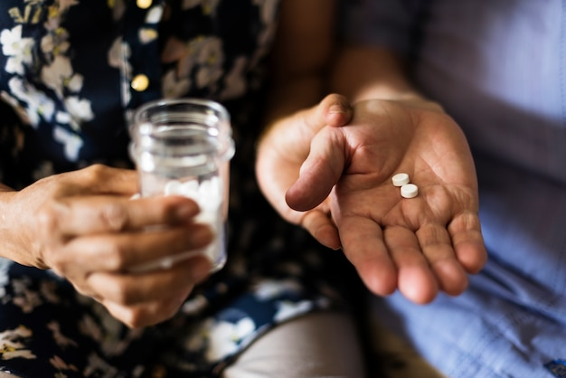 Senior take pills medicine gezondheidszorg
