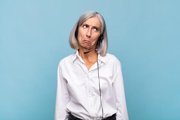 Senior telemarketeer vrouw