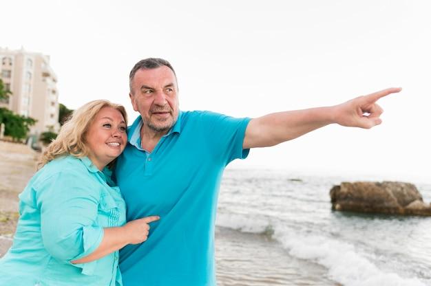 Senior toeristische paar smiley op het strand