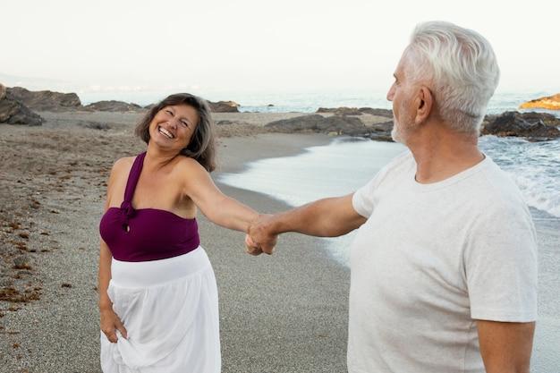 Senior verliefde paar tijd samen doorbrengen op het strand