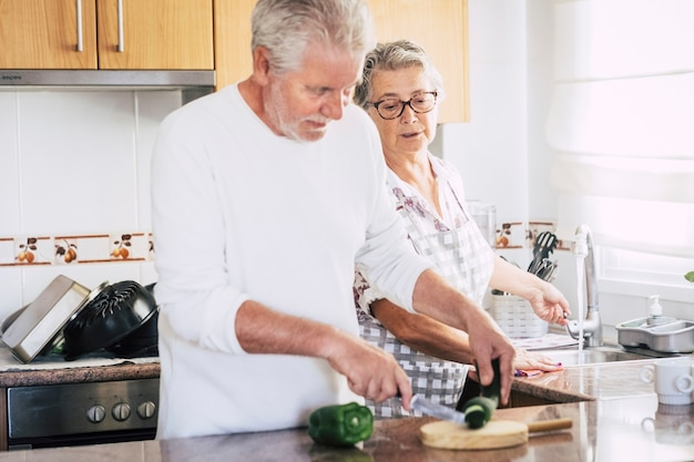 Senior volwassen kaukasisch stel dat thuis samen diner of lunch bereidt