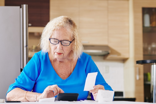 Senior vrouw behandelt boekhouding